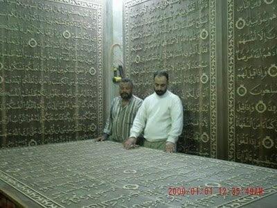 خطاط سوري و نجار مصري يعملان علي أكبر نسخة من القرآن الكريم في العالم 2