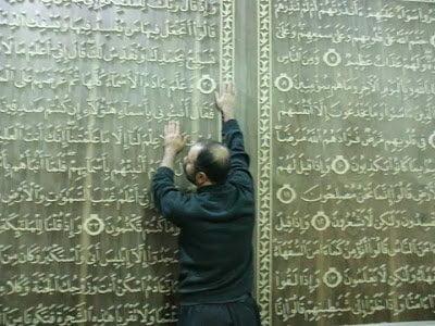 خطاط سوري و نجار مصري يعملان علي أكبر نسخة من القرآن الكريم في العالم 3