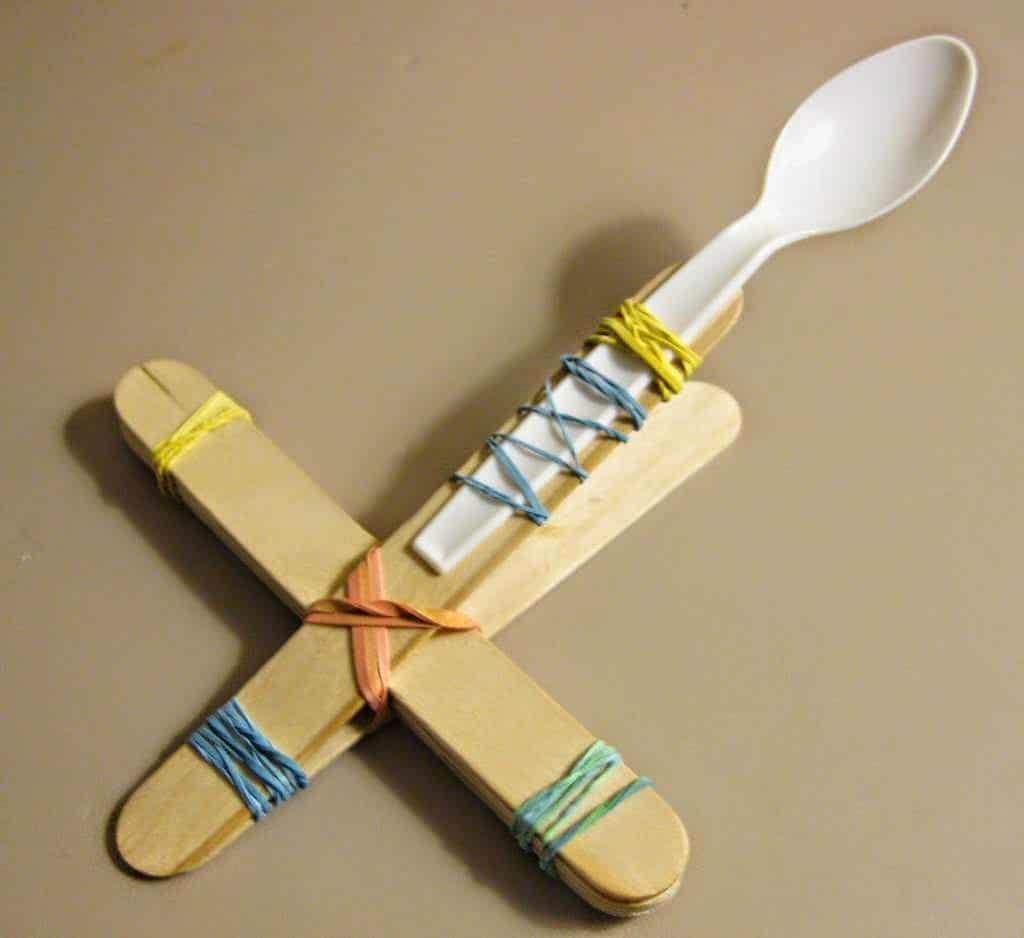 1- صناعة مقلاع بسيط للأطفال