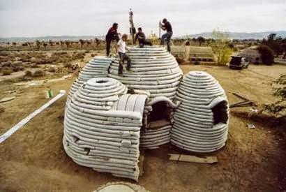 كيف تبني بيتاً رائعاً من أكياس الرمل أو الطين و الأسلاك الشائكة ! 5
