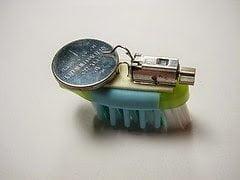 تعلم كيف تصنع بنفسك روبوت بسيط بإستخدام فرشاة أسنانك ! 8