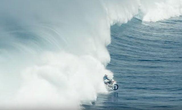 فيديو : حكاية رجل تمكن من السير بدراجته النارية فوق الماء 9