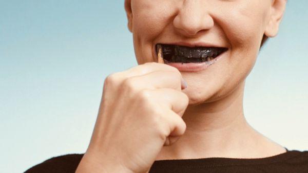 الفحم النشط لتبييض الأسنان